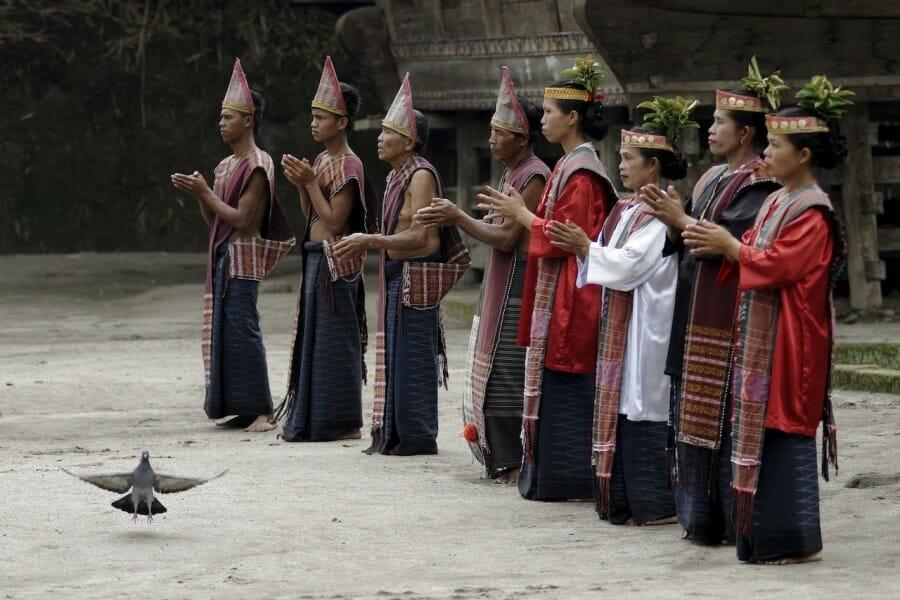 Suku Batak masih memegang kuat agama dari nenek moyang