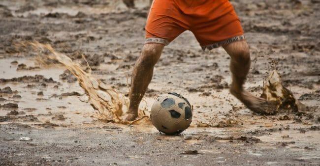 India Bermain bola tanpa alas kaki