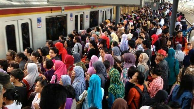 Kemacetan juga terjadi di commuter line