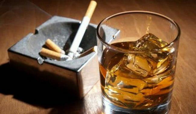 Tembakau dan alkohol dapat menyebabkan bau mulut