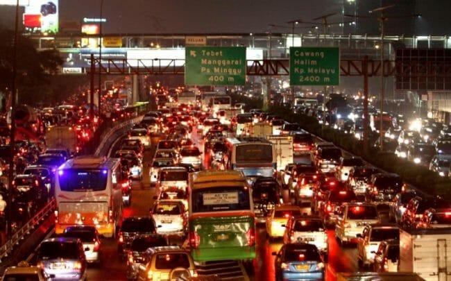 Suasana kemacetan Jakarta saat malam hari