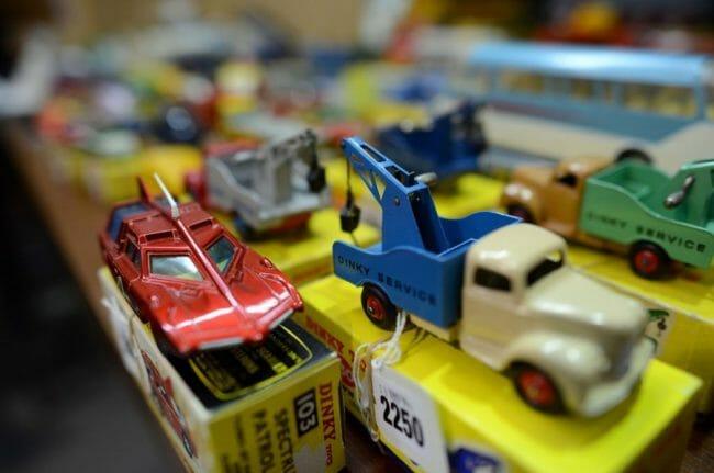 Mobil mainan dinky