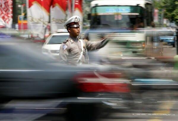 Pak Polisi sedang mengatur lalu lintas