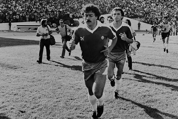 Pemain pertama yang mendapat kartu merah, Carlos Caszely
