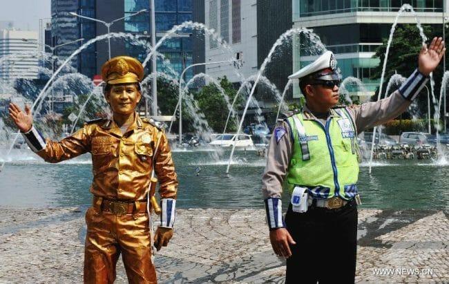 Dua polisi ini menyapa ramah para pengendara