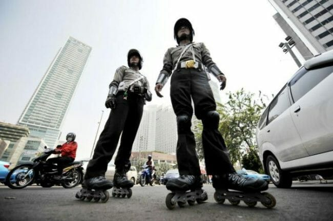 Polisi bersepatu roda sedang patroli di jalan