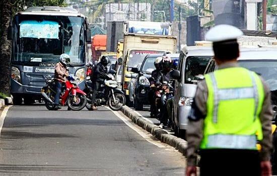 Seorang polisi mendatangi pengendara yang melanggar aturan lalu lintas