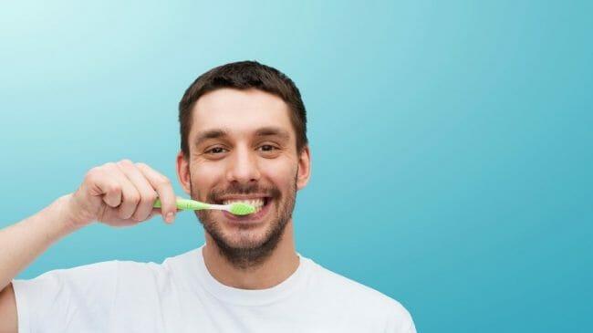 Sikat gigi secara teratur dapat mengurangi bau mulut