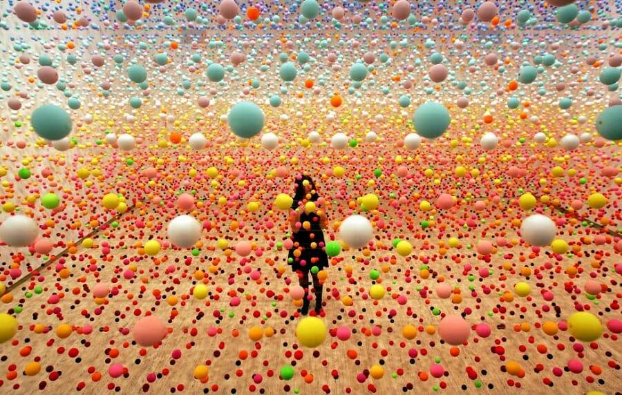 Surreal art bola-bola unik lucu