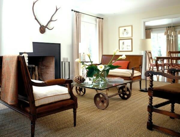 ruang tamu yang memiliki kursi dan meja unik