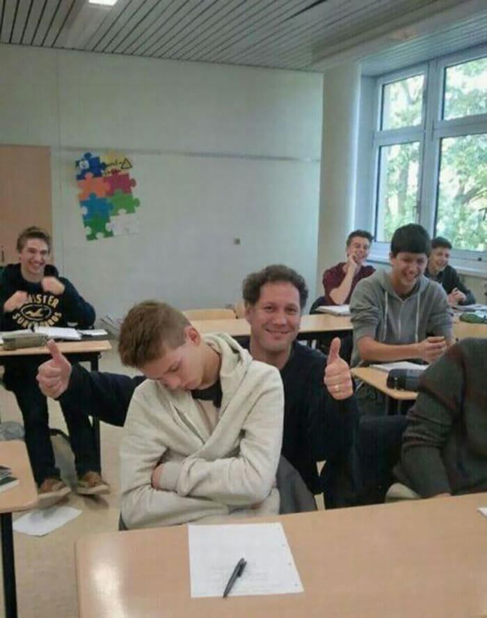 Guru berpose dengan muridnya yang tertidur di kelas