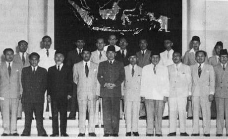 Biografi Soekarno bersama kabinetnya.