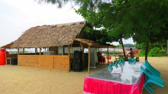 Menikmati Kuliner di Warung Tradisional di Pulau Pari