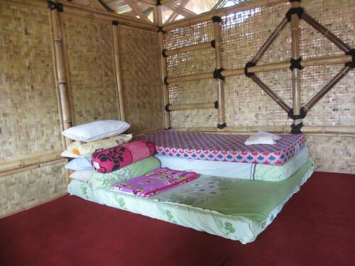 Suasana kamar di salah satu penginapan rumah penduduk di Pulau pari