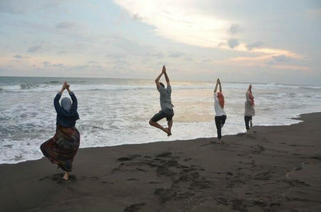 Yoga di Tepi Pantai Pulau Pari