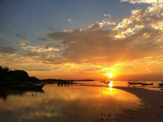 Menikmati Matahari Tenggelam di Pulau Pari