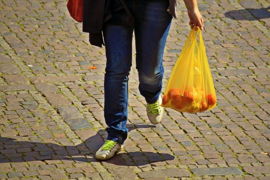 Tak Ada Lagi Kantong Plastik Gratis di Toko