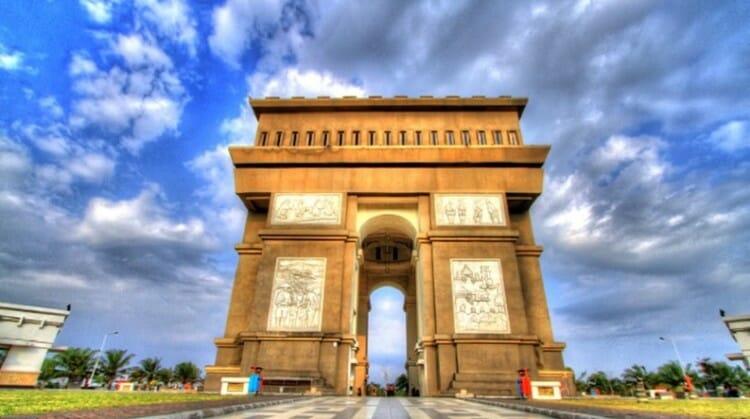 monumen simpang lima kediri siang hari