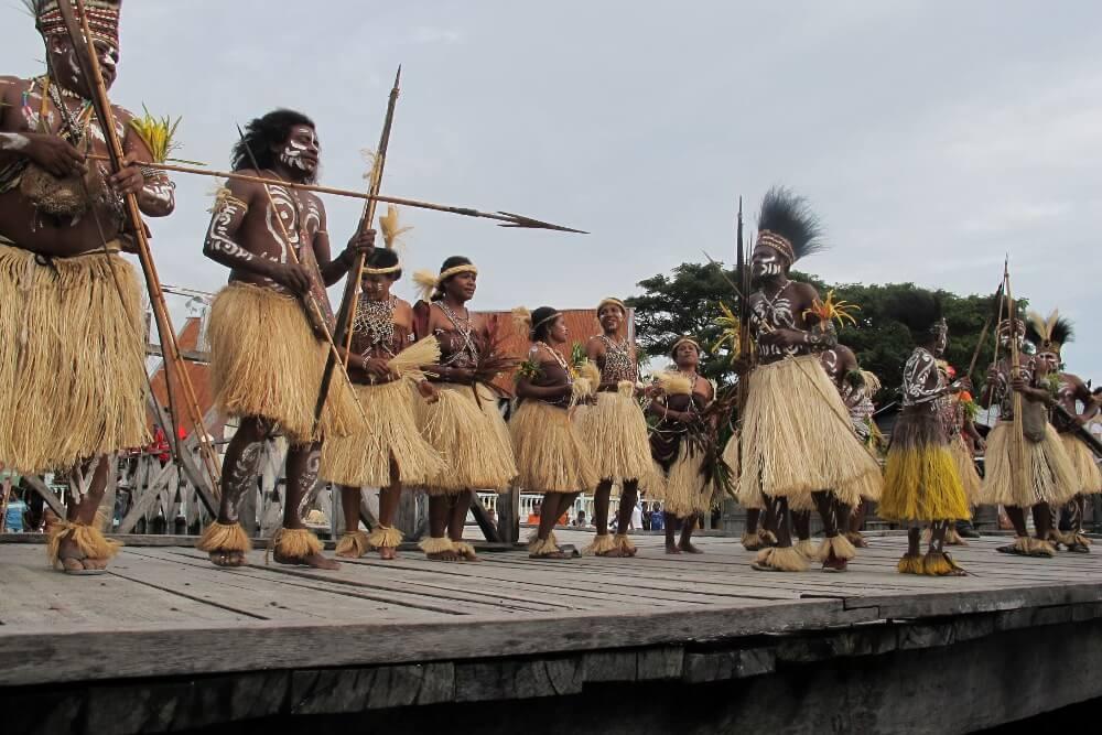 Pakaian adat pria Papua